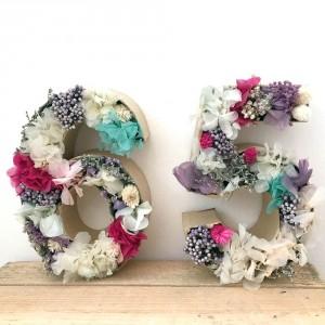 Número con flores preservadas